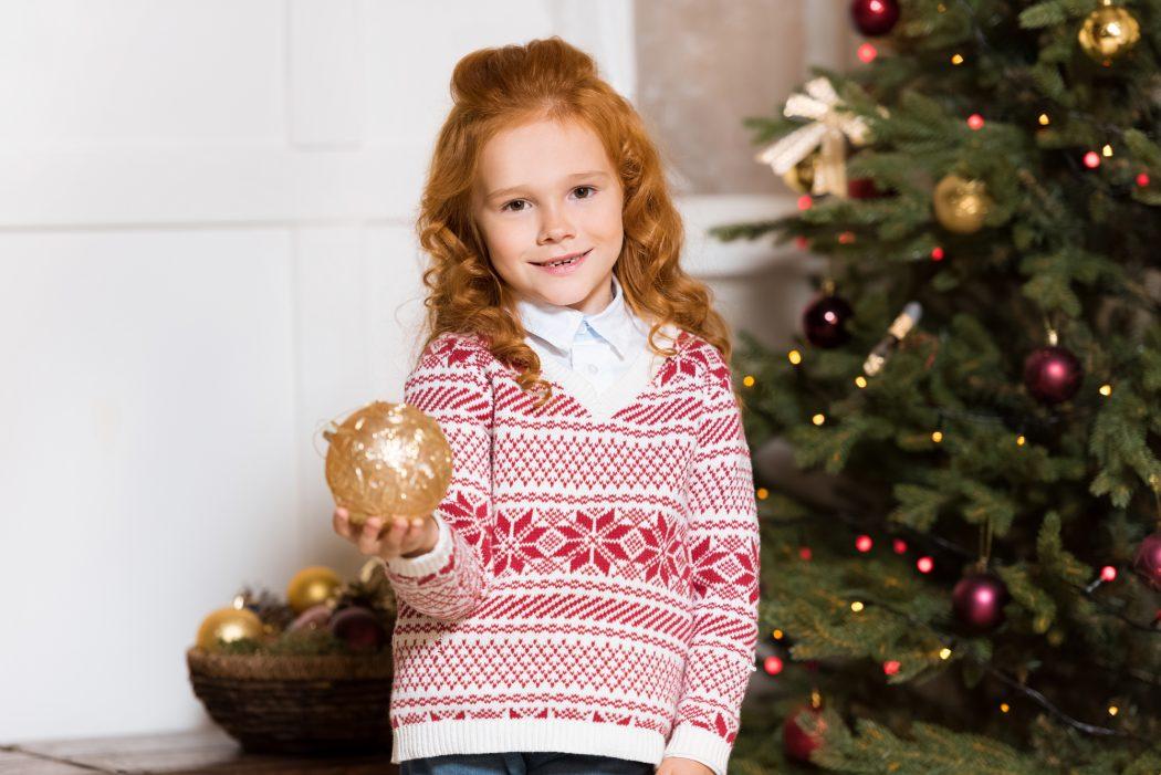 Lille pige med brunkage og julesweater