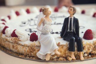 Bryllupskage hvor brud og mand sidder på