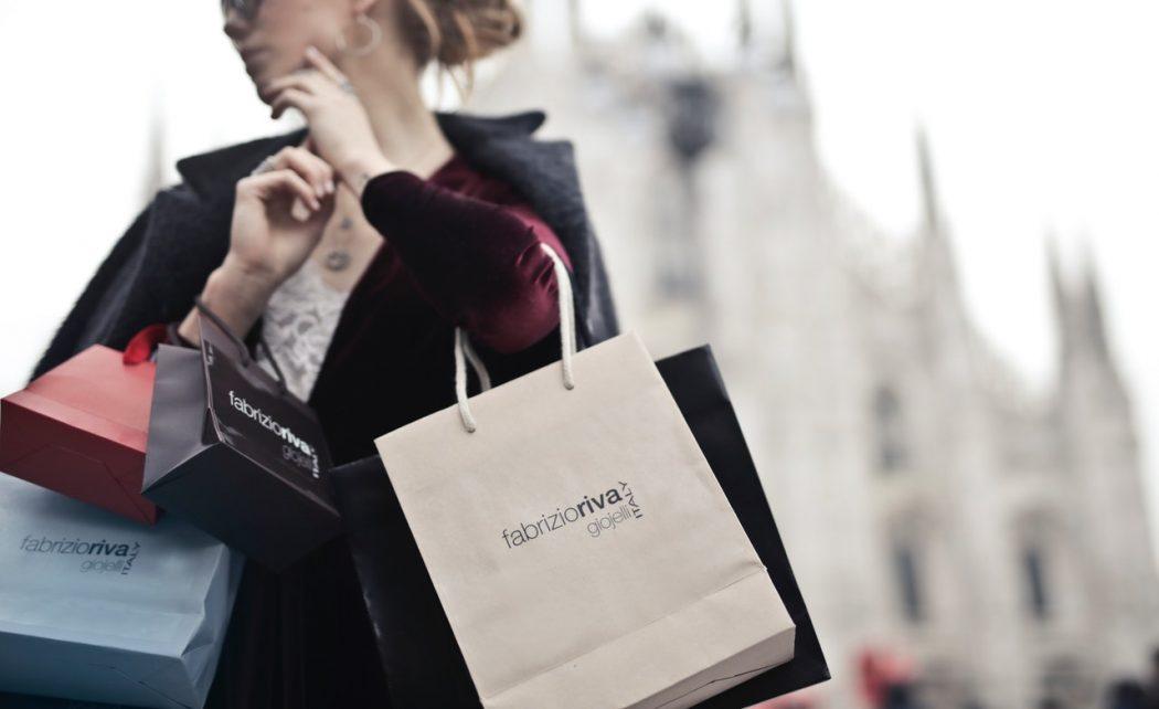 Kvinde shopper i udlandet