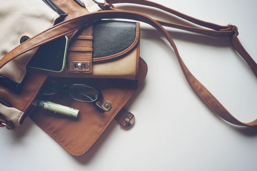 Brun lædertaske med mange rum til at gemme ting
