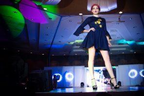 Fashion show hvor dame er på scenen
