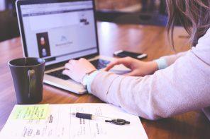 Kvinde bruger computer på cafe