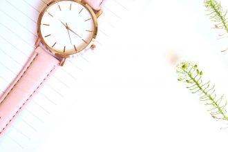 Pink ur ligger på hvid overflade