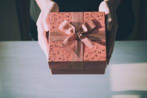 person giver gave til fødselsdag