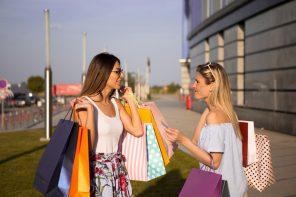 To veninder er ude og shoppe tøj
