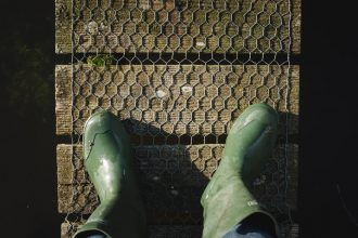 Person har gummistøvler på i sin have