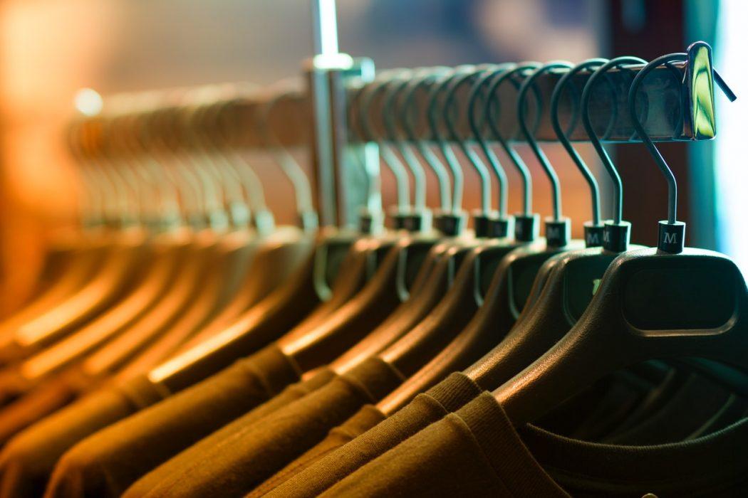Tøj hænger på kanger i butik