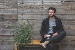 Mand sidder med en kop kaffe udenfor