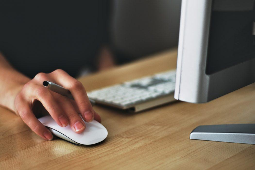 Dame som er designer tjekker sin computer