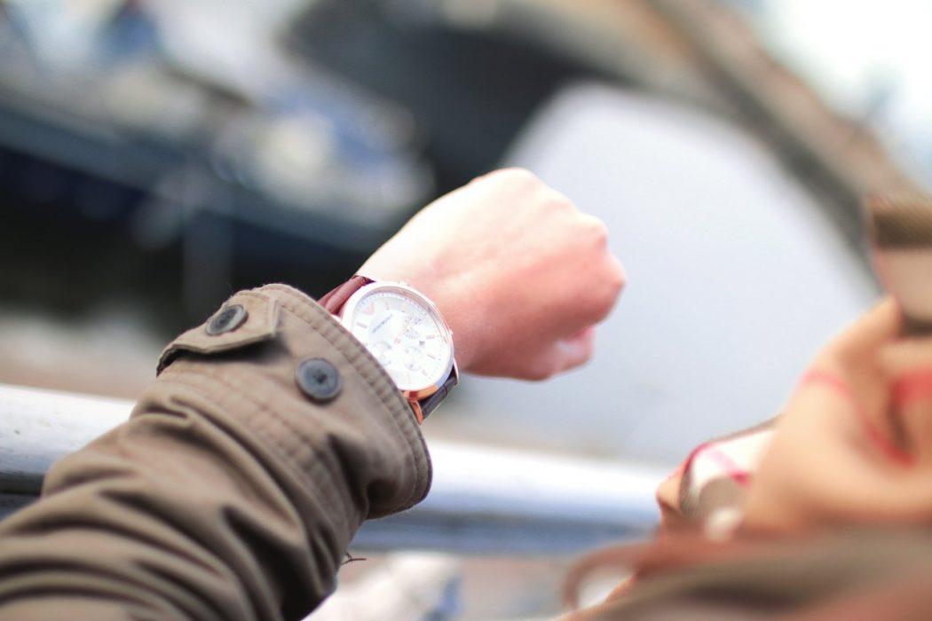 person tjekker sit ur