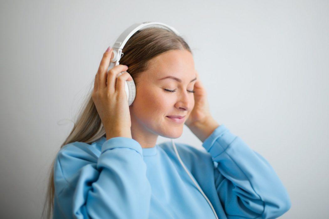 Kvinde tager høretelefoner på